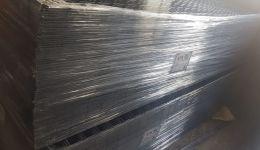 تصدير 8 × 8 سم 125 - 277 سم من ألواح الأسلاك الشبكية الملحومة الخام السوداء